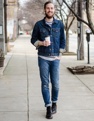 Comment porter: veste en jean bleu marine, t-shirt à col rond à rayures horizontales gris, jean déchiré bleu, bottes de loisirs en cuir noires
