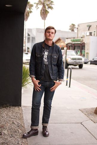 Comment porter: veste en jean bleu marine, t-shirt à col rond imprimé noir et blanc, jean bleu marine, bottes de loisirs en cuir bordeaux