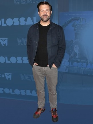 Comment porter: veste en jean bleu marine, t-shirt à col rond noir, jean gris, baskets basses en cuir multicolores