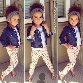 Comment porter: veste en jean bleu marine, t-shirt blanc, leggings roses, sandales dorées