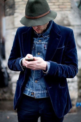 Comment porter: veste en jean bleue, blazer en velours bleu marine, pantalon chino bleu marine, chapeau en laine vert foncé