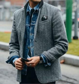 Comment porter: veste en jean bleue, blazer en laine à chevrons gris, chemise de ville bleu clair, cravate en tricot bleu marine
