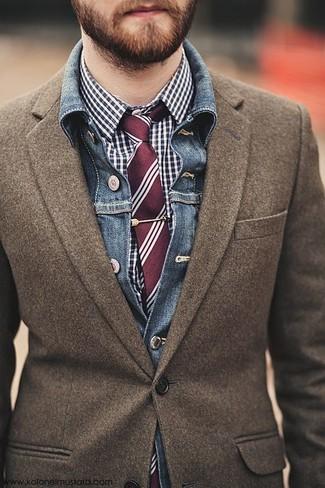 Comment porter: veste en jean bleue, blazer en laine marron, chemise de ville en vichy bleu marine et blanc, cravate à rayures verticales bordeaux