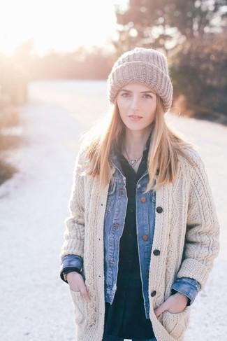 Comment porter: veste en jean bleue, cardigan en tricot beige, chemise de ville écossaise vert foncé, bonnet en tricot gris