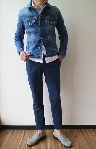 Comment porter: veste en jean bleue, chemise à manches courtes blanche, pantalon de costume bleu marine, slippers en daim gris