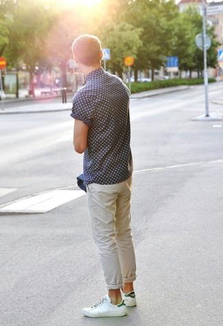 Comment porter des baskets basses en cuir blanc et vert: Pour créer une tenue idéale pour un déjeuner entre amis le week-end, choisis une veste en jean bleue et un pantalon chino beige. Tu veux y aller doucement avec les chaussures? Complète cet ensemble avec une paire de des baskets basses en cuir blanc et vert pour la journée.