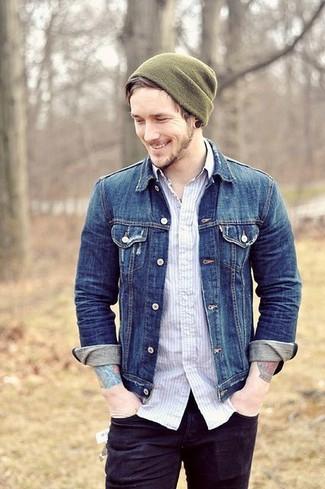 Comment porter: veste en jean bleue, chemise à manches longues à rayures verticales blanche, jean noir, bonnet olive