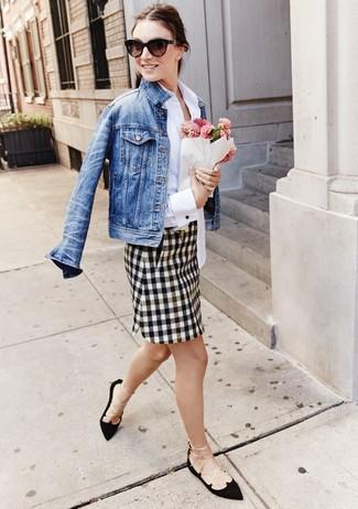 Marie une veste en jean bleue avec une minijupe à carreaux blanche et noire pour une tenue relax mais stylée. Une paire de des ballerines en daim noires est une option astucieux pour complèter cette tenue.