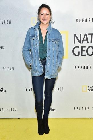 Comment porter: veste en jean bleue, chemisier à manches longues bleu canard, jean skinny bleu marine, bottines en daim noires
