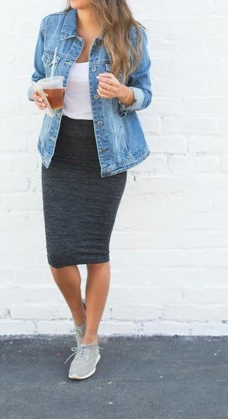 86989fa0a557c Tenue  Veste en jean bleue, Débardeur blanc, Jupe crayon gris foncé,  Chaussures de sport grises   Mode femmes