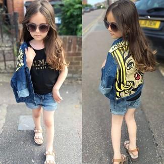 Comment porter: veste en jean bleue, débardeur noir, short en denim bleu, sandales marron clair