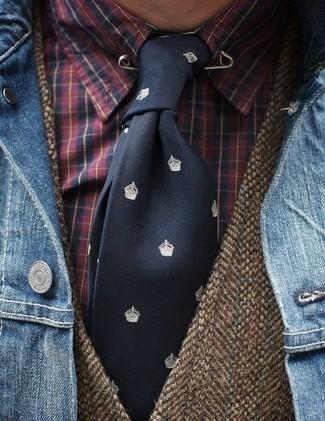Comment porter: veste en jean bleue, gilet en laine marron, chemise de ville écossaise rouge, cravate imprimée noire