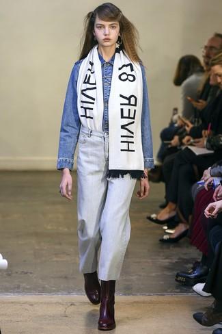 Comment porter: veste en jean bleue, jean bleu clair, bottines en cuir bordeaux, écharpe imprimée blanche et noire