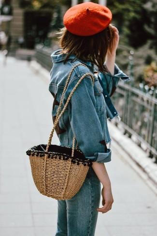 Comment porter: veste en jean bleue, jean bleu, sac fourre-tout de paille marron clair, béret rouge