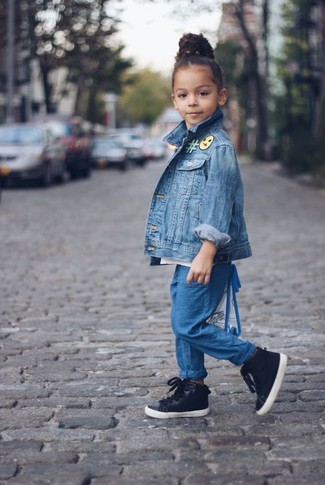 Comment porter: veste en jean bleue, pantalon bleu, baskets noires