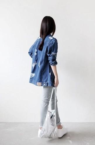Comment porter: veste en jean bleue, pantalon chino gris, baskets compensées en cuir blanches, sac fourre-tout en cuir argenté