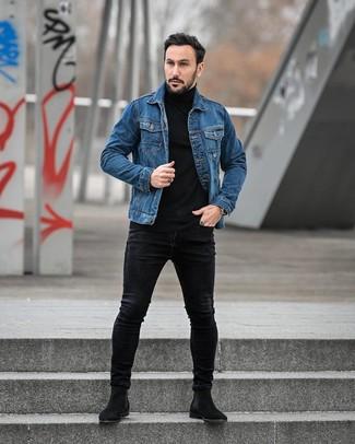 Comment porter: veste en jean bleue, pull à col roulé noir, jean skinny noir, bottines chelsea en daim noires