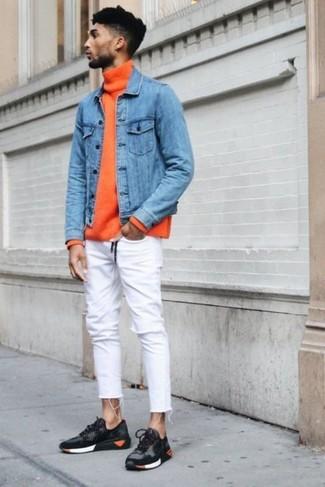 Comment porter: veste en jean bleue, pull à col roulé orange, jean skinny blanc, chaussures de sport gris foncé