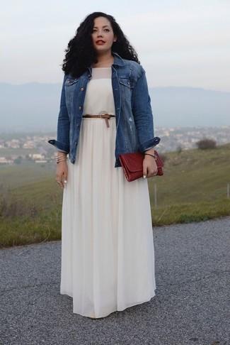 1859f9fd8c2af Tenue  Veste en jean bleue, Robe longue plissée blanche, Pochette en cuir  bordeaux, Ceinture en cuir marron   Mode femmes