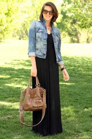 Comment porter une robe longue noire: Harmonise une robe longue noire avec une veste en jean bleue pour une impression décontractée.