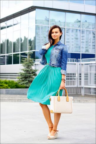 Tenue: Veste en jean bleue, Robe midi plissée bleu canard, Sandales compensées en crochet blanches, Sac fourre-tout de paille beige