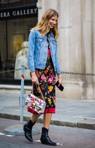 Comment porter: veste en jean bleue, robe midi à fleurs noire, bottes western en cuir noires, cartable en cuir à fleurs blanc