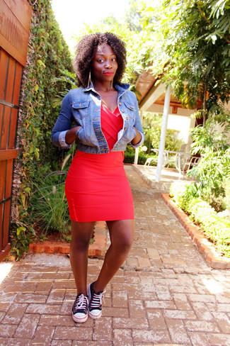Comment porter des baskets basses noires et blanches: Pour une tenue de tous les jours pleine de caractère et de personnalité pense à harmoniser une veste en jean bleue avec une robe moulante rouge. Termine ce look avec une paire de des baskets basses noires et blanches.