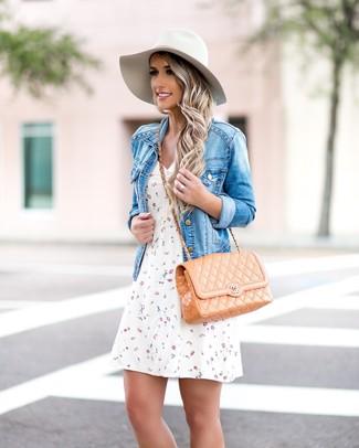 Comment porter un chapeau en laine blanc: Harmonise une veste en jean bleue avec un chapeau en laine blanc pour une tenue relax mais stylée.
