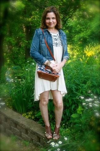 Comment porter: veste en jean bleue, robe trapèze imprimée beige, sandales spartiates en cuir marron foncé, bracelet multicolore