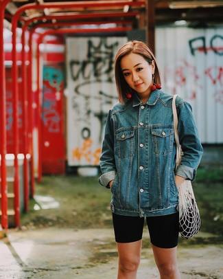 Comment porter: veste en jean bleue, short cycliste noir, sac fourre-tout en toile blanc, boucles d'oreilles rouges