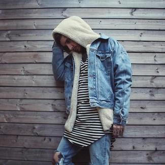 Comment porter: veste en jean bleue, sweat à capuche en polaire beige, t-shirt à col rond à rayures horizontales blanc et noir, jean déchiré bleu