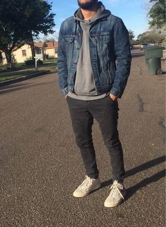 Comment porter: veste en jean bleue, sweat à capuche gris, pantalon chino gris foncé, baskets montantes beiges