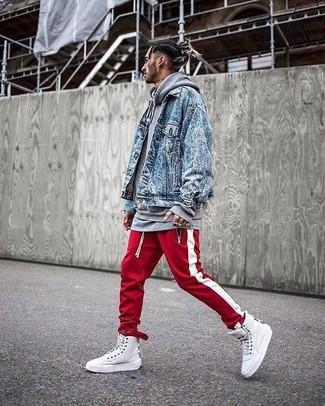 Comment porter: veste en jean bleue, sweat à capuche gris, pantalon de jogging à rayures verticales rouge et blanc, baskets montantes en cuir blanches