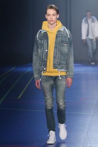Comment porter: veste en jean bleue, sweat à capuche jaune, jean déchiré bleu, baskets montantes en cuir blanches