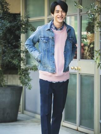 Comment porter: veste en jean bleue, sweat-shirt rose, chemise à manches longues écossaise bleu marine, pantalon de costume bleu marine