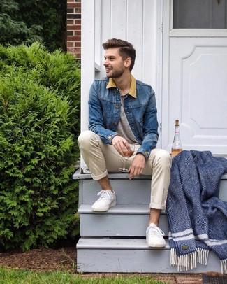 Comment porter: veste en jean bleue, t-shirt à col boutonné gris, pantalon chino beige, baskets basses blanches