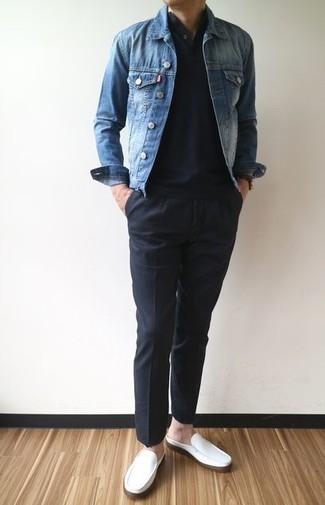 Comment porter: veste en jean bleue, t-shirt à col boutonné noir, pantalon chino noir, slippers en cuir blancs
