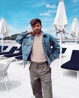 Comment porter: veste en jean bleue, t-shirt à col rond à rayures horizontales blanc et rouge, pantalon cargo gris