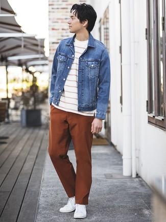 Comment porter: veste en jean bleue, t-shirt à col rond à rayures horizontales blanc et rouge, pantalon chino tabac, baskets basses blanches