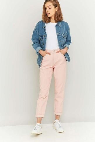 Comment porter: veste en jean bleue, t-shirt à col rond blanc, jean boyfriend rose, baskets basses blanches