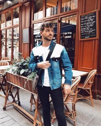 Comment porter: veste en jean bleue, t-shirt à col rond blanc, jean noir, besace en toile imprimée marron foncé