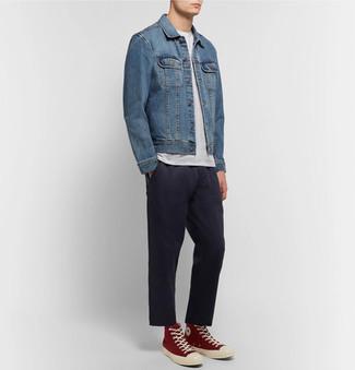 Comment porter: veste en jean bleue, t-shirt à col rond blanc, pantalon de costume noir, baskets montantes rouges
