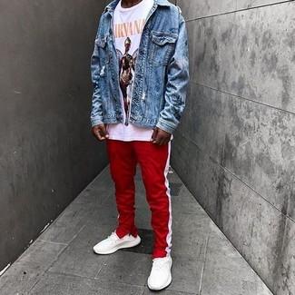 Comment porter: veste en jean bleue, t-shirt à col rond imprimé blanc, pantalon de jogging à rayures verticales rouge et blanc, chaussures de sport blanches