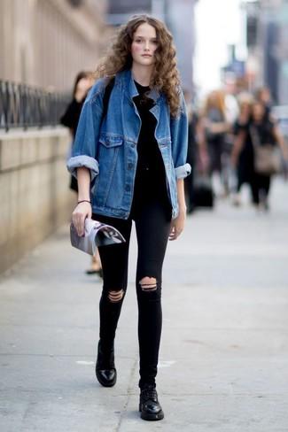 Comment porter: veste en jean bleue, t-shirt à col rond noir, jean skinny déchiré noir, chaussures richelieu en cuir noires