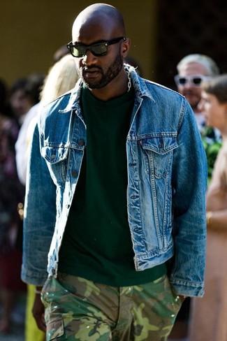 Comment porter un t-shirt à col rond vert foncé: Essaie d'associer un t-shirt à col rond vert foncé avec un pantalon cargo camouflage olive pour un look idéal le week-end.