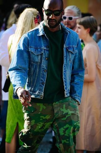 Comment porter un t-shirt à col rond vert foncé: Essaie d'associer un t-shirt à col rond vert foncé avec un pantalon cargo camouflage vert foncé pour une tenue idéale le week-end.