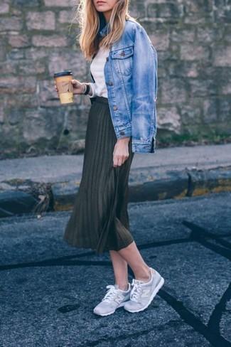 Marie une veste en jean bleue avec une jupe mi-longue plissée noire pour un déjeuner le dimanche entre amies. D'une humeur créatrice? Assortis ta tenue avec une paire de des chaussures de sport grises.