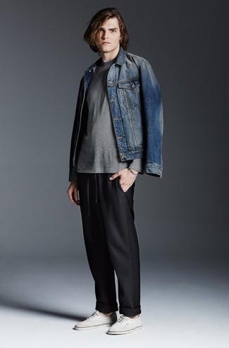 Comment porter: veste en jean bleue, t-shirt à manche longue à rayures horizontales gris, pantalon de jogging noir, baskets basses en toile blanches