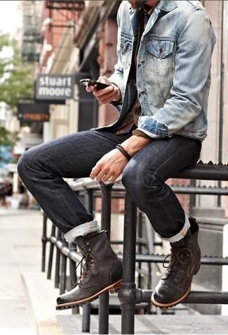 Comment porter: veste en jean bleu clair, cardigan marron foncé, chemise à manches longues écossaise bordeaux, jean gris foncé