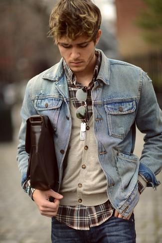 Comment porter: veste en jean bleu clair, cardigan beige, chemise à manches longues écossaise marron foncé, jean bleu marine